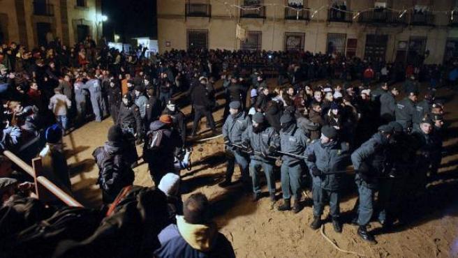 Disturbios entre agentes y antitaurinos durante la celebración del 'Toro Júbilo' en Medinaceli (Soria).