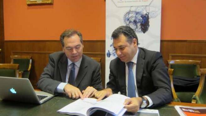 Juan Ignacio Garcés y Benito Tesier con el documento de micromovilidad.
