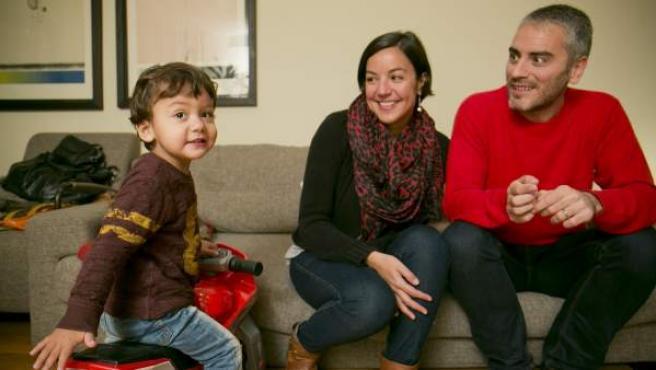 Carla y Ramón, con su hijo Ramón, que nació gracias a una madre gestante de EE UU.