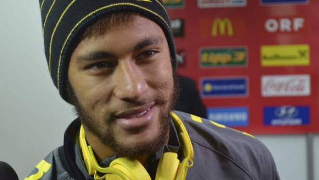 El delantero brasileño Neymar da Silva realiza declaraciones a la prensa.
