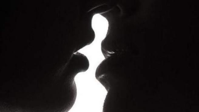 Dos personas se besan.