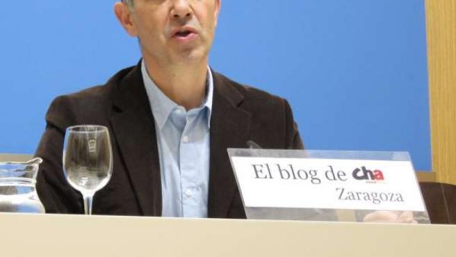 El portavoz municipal de CHA, Juan Martín, en rueda de prensa en el Ayuntamiento