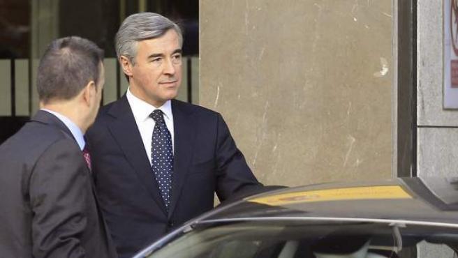 El ex secretario general del PP Ángel Acebes,a su salida de la sede de la Audiencia tras haber sido citado como imputado por el juez Pablo Ruz, por haber autorizado el uso de fondos de la caja B del partido al extesorero Álvaro Lapuerta.