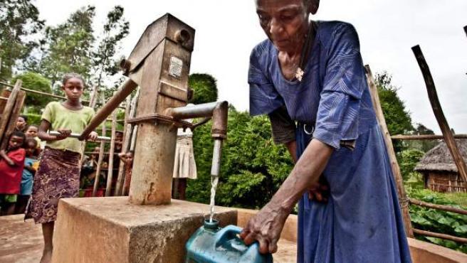 Mhrat Haile, una etiope que caminaba hasta cinco horas al día para encontrar agua potable.