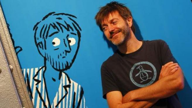 Paco Roca posa en una exposición dedicada a él.