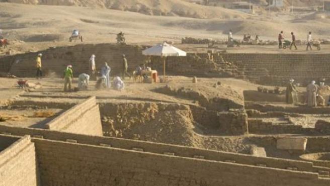 Trabajos arqueológicos en el templo de Tutmosis III en Luxor