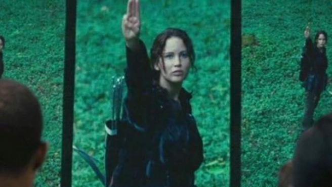 Katniss Everdeen, a quien da vida Jennifer Lawrence, durante el saludo de 'Los juegos del hambre'.