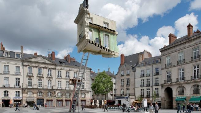El artista argentino Leandro Erlich, autor de este montaje real, juega a trastornar los elementos arquitectónicos