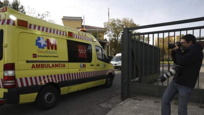 La ambulancia que traslada a la médico cooperante española que podría haberse contagiado de ébola en Malí llega al Hospital Carlos III de Madrid tras aterrizar el avión que la trasladó desde Bamako en la base aérea de Torrejón de Ardoz.