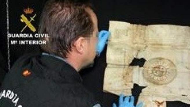 Un agente, con uno de los documentos históricos