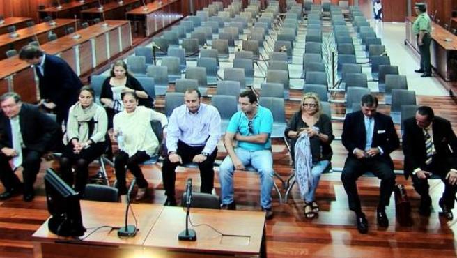 Isabel Pantoja (3i), Maite Zaldívar (3d) y Julián Muñoz(d) durante el juicio por un supuesto blanqueo de dinero en los juzgados de Málaga el 1 de octubre de 2012.