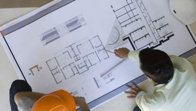 Profesionales planificando una obra