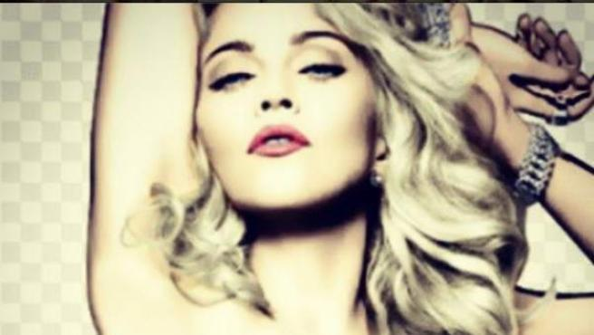 Madonna, en topless pero con un cartel tapando sus pechos.