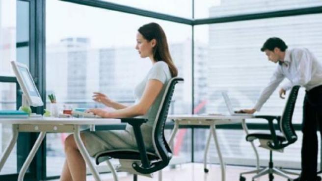 Dos empleados jóvenes en una oficina.