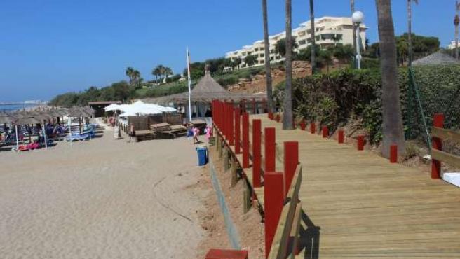 Senda litoral málaga turismo madera pasarela playa accesibilidad