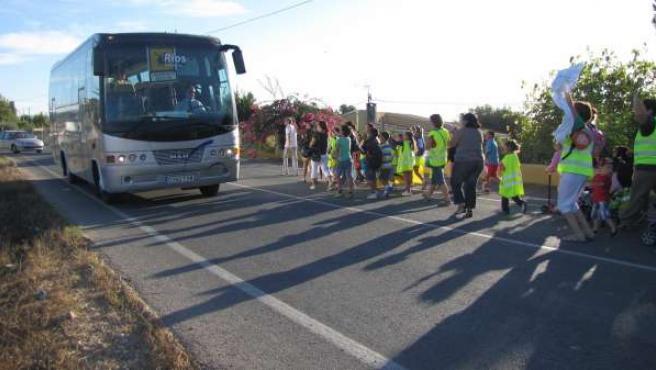 Marcha de padres y alumnos contra la supresión del transporte escolar