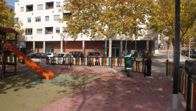 Colocación de la valla de seguridad en el parque infantil.