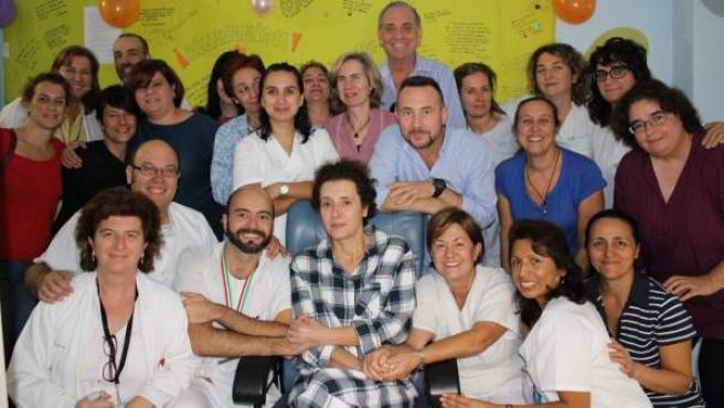 Teresa Romero posa con su marido, Javier Limón, médicos del Carlos III y compañeros, este 1 de noviembre, en lo que es su primera imagen pública desde que ha salido del aislamiento.