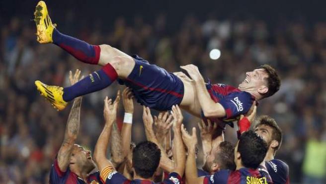 Leo Messi, manteado por sus compañeros tras marcar el gol con el que superó a Zarra como máximo goleador de la historia de la Liga.