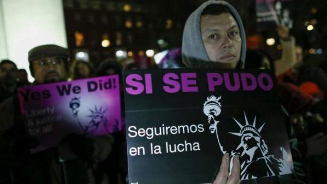 Miembros de grupos de inmigrantes latinoamericanos celebran en Nueva York el anuncio de la orden ejecutiva del presidente Barack Obama.