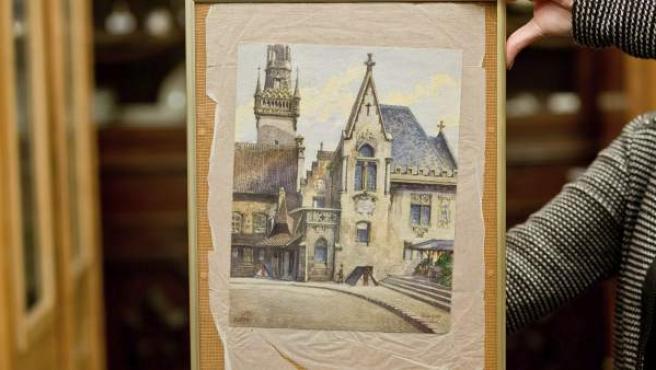 """Vista de la acuarela """"Altes Rathaus"""" (lit. Viejo Ayuntamiento), que se atribuye a Adolf Hitler, en una casa de subastas en Nuremberg (Alemania)."""