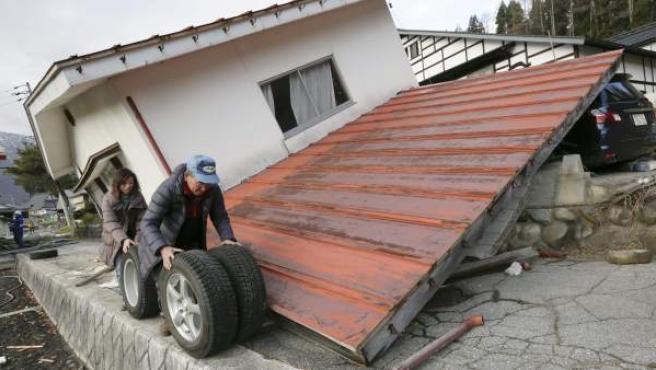 Imagen de una vivienda destruida tras un seísmo de 6,7 de magnitud en el centro de Japón, en la prefectura de Nagano.