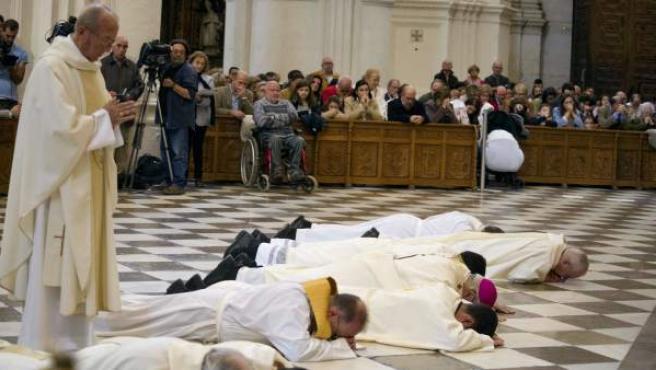 """El arzobispo de Granada, Francisco Javier Martínez, postrado ante el altar mayor de la Catedral de Granada para pedir perdón por los """"escándalos"""" que han afectado a la Iglesia."""