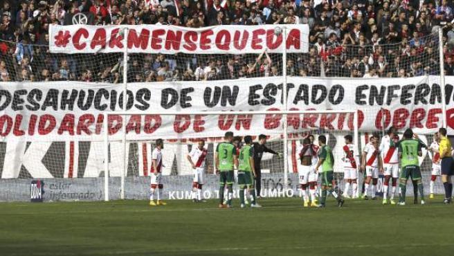 Los aficionados del Rayo Vallecano desplegaron hoy una pancarte en apoyo de Carmen Martínez Ayuso, a una mujer de 85 años, desahuciada este viernes de la casa del barrio madrileño de Vallecas donde ha vivido los últimos 50 años, durante el el partido de Liga de la duodécima jornada en Primera División que el Rayo Vallecano y el Celta de Vigo disputaron en el estadio de Vallecas.