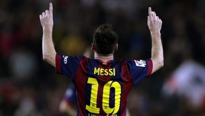 Leo Messi celebra, señalando al cielo, el momento en el que igualó el récord de goles de Telmo Zarra en Liga.