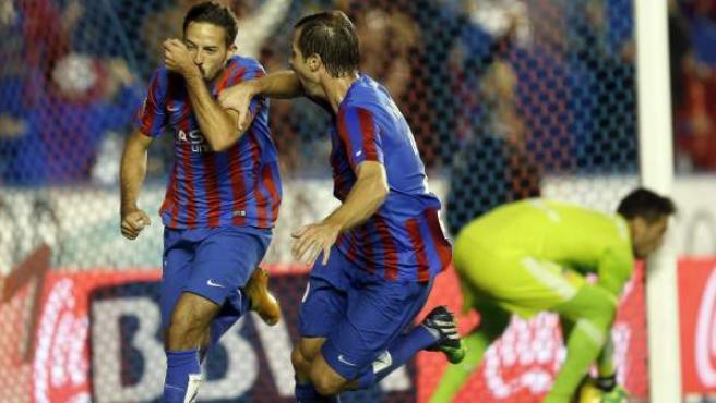 El delantero del Levante José Luis Morales (i) celebra con su compañero, el austríaco Andreas Ivanschitz, el gol marcado ante el Valencia