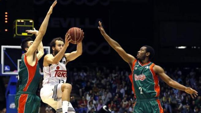 Sergio Rodríguez (c), del Real Madrid, intenta la canasta ante Xavier Thames (d) y Pierre Oriola (i), del CB Sevilla.