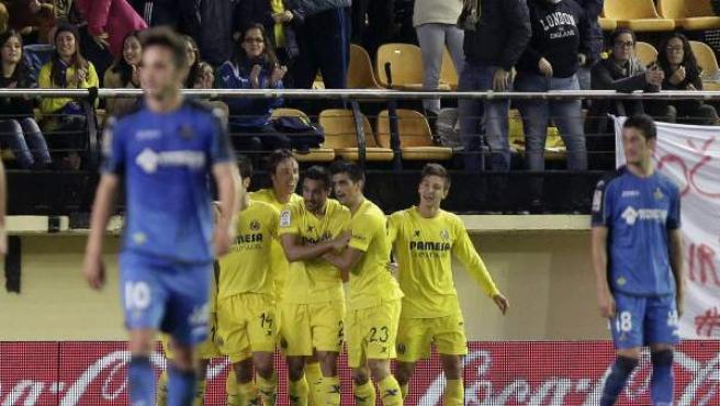Los jugadores del Villarreal celebran el primer gol del equipo, durante el partido de la duodécima jornada de Liga en Primera División que Villarreal y Getafe