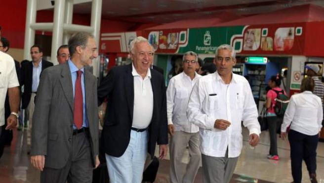 El ministro de Asuntos Exteriores de España, José Manuel García-Margallo (c), llega a La Habana (Cuba). García-Margallo realiza la primera visita oficial a la isla de un jefe de la diplomacia española desde 2010, también el primer viaje de un ministro del Gobierno de Mariano Rajoy a Cuba.