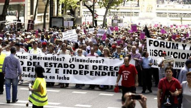 Las asociaciones de afectados de Fórum Filatélico y Afinsa durante una manifestación.