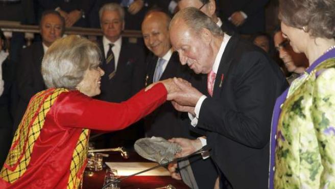 La escritora y periodista mexicana Elena Poniatowska (i) recibe el Premio Cervantes de manos del Rey, en la solemne ceremonia que ha tenido lugar en el paraninfo de la Universidad de Alcalá de Henares. Esta entrega de premios coincide con la celebración del Día del Libro, en el que se conmemora la muerte de Cervantes y de Shakespeare.