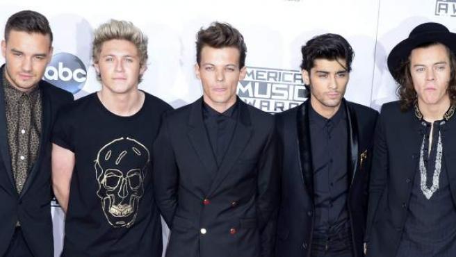 One Direction en la ceremonia de los American Music Awards, donde ganaron tres galardones: Artista del año, Banda Favorita de pop-rock y Álbum Favorito de pop-rock.