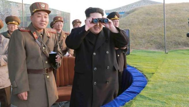El líder norcoreano, Kim Jong-un, pasa revista a las unidades militares durante un ejercicio conjunto.