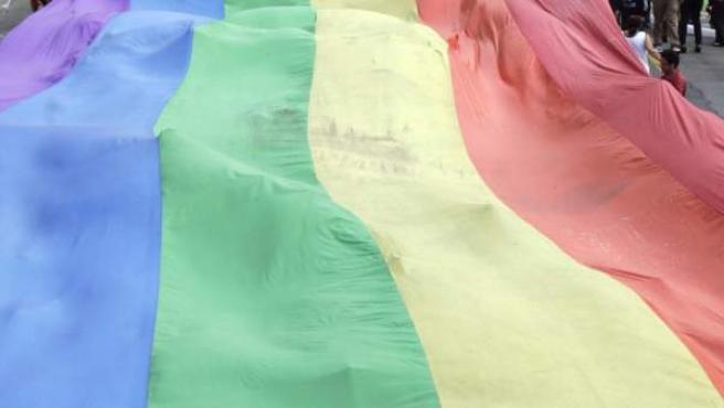 Bandera de seis bandas o arco iris, símbolo del orgullo gay y lésbico.