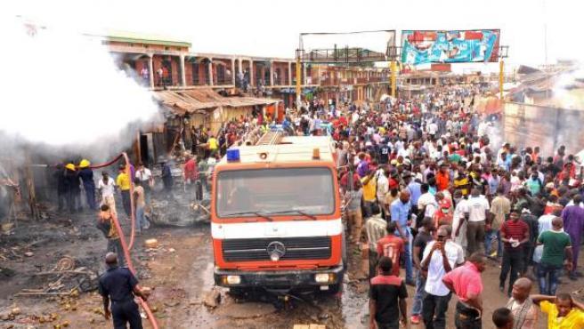 Vista general del mercado de Nigeria donde fallecieron al menos 118 personas tras la explosión de dos coches bomba.