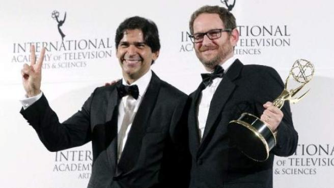 El presidente de Telemundo Internacional, Marcos Santana, y Joshua Mintz, también de Telemundo, posan con el Emmy Internacional a la mejor serie de habla no inglesa.