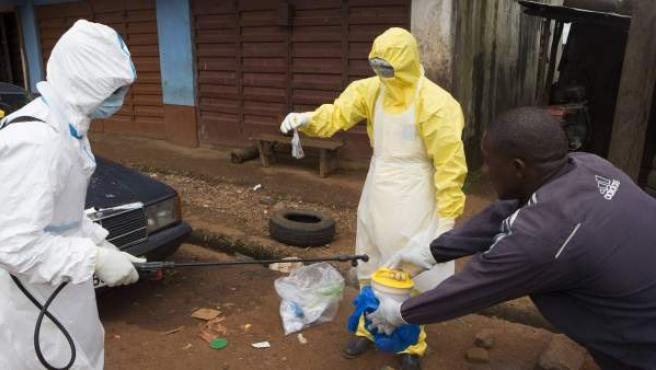Trabajadores sanitarios toman una muestra de una persona que podría tener ébola.