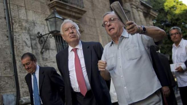 El ministro de Exteriores junto a Eusebio Leal en su visita a Cuba.