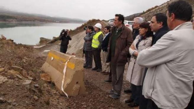 Los parlamentarios navarros han visitado la presa de Yesa.