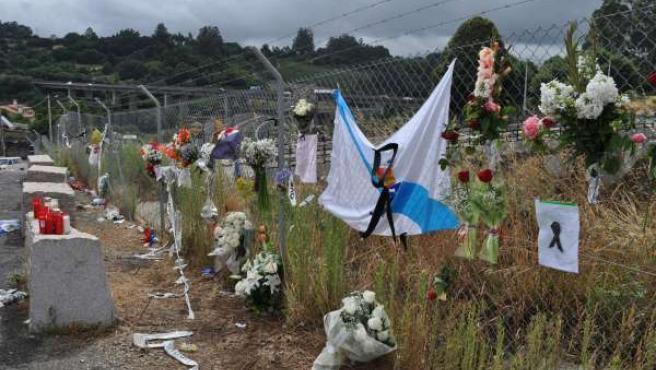 Ofrenda de flores a las víctimas del accidente de tren en Angrois