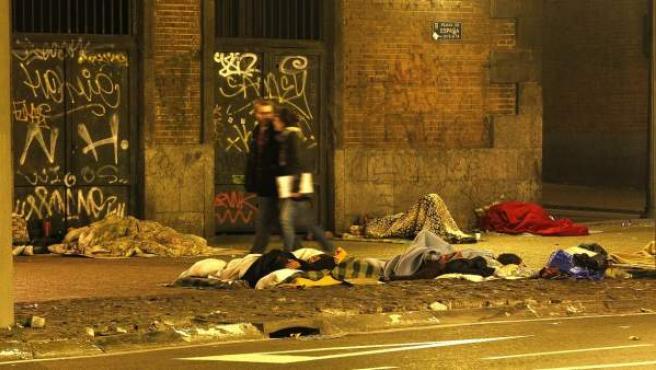 Personas sin hogar durmiendo bajo el puente de Plaza de España.