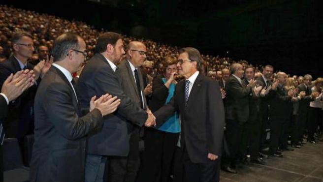 El presidente catalán y líder de CiU, Artur Mas, saluda al líder de ERC, Oriols Junqueras