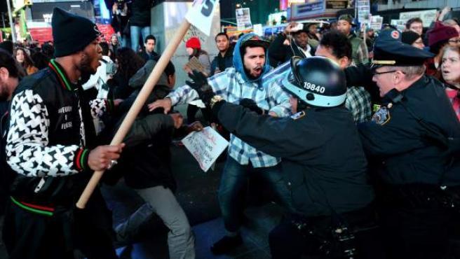 Unos manifestantes se enfrentan con la Policía en Times Square. en Nueva York.