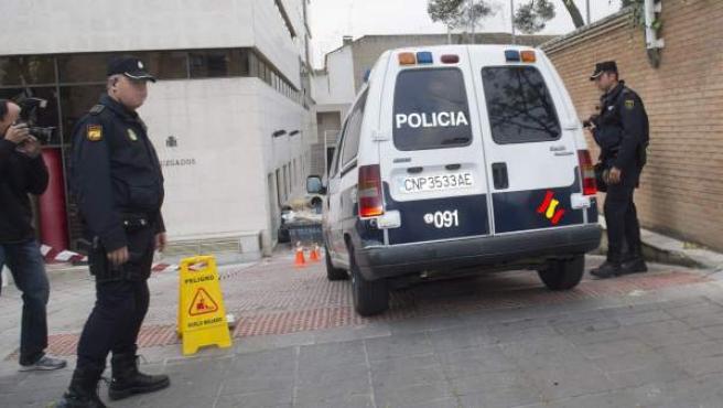 Un furgón de la Policía Nacional que ha trasladado a uno de los sacerdotes detenidos, a la llegada a las dependencias judiciales de Granada.