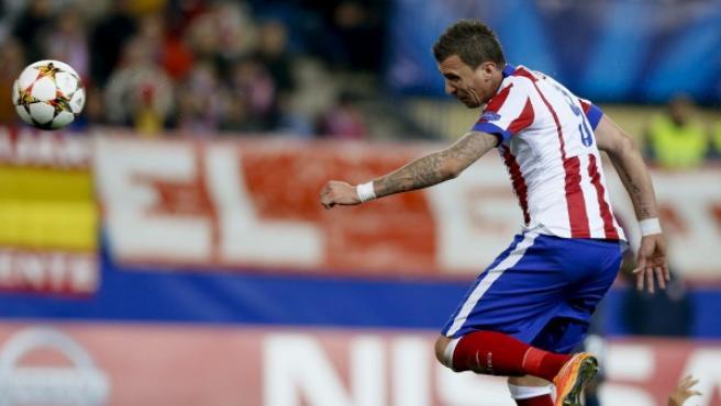El croata Mario Mandzukic anota el tercero de sus tres goles en el 4-0 del Atlético sobre el Olympiacos en la quinta jornada de la fase de grupos de la Champions 2014-15.