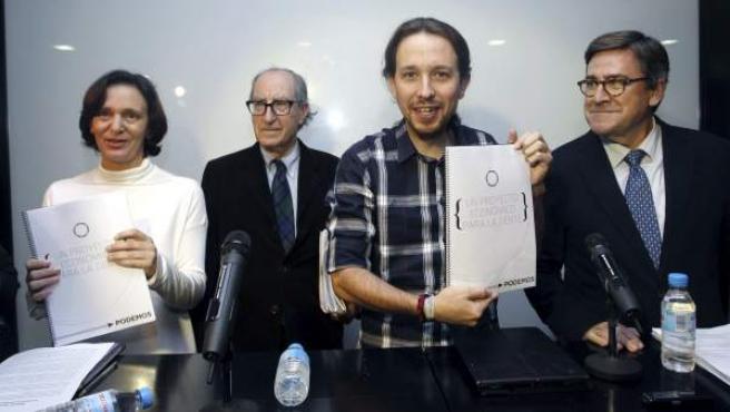 El secretario general de Podemos, Pablo Iglesias (2d), acompañado por la responsable de Análisis político del partido, Carolina Bescansa (i) y los economistas Vincenç Navarro (2i) y Juan Torres
